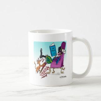 Jambe de cheville de pirate rayant le courrier tasse à café