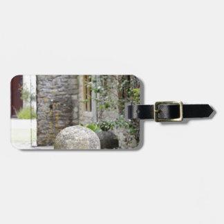 Jardin anglais - boule en pierre étiquette de bagages
