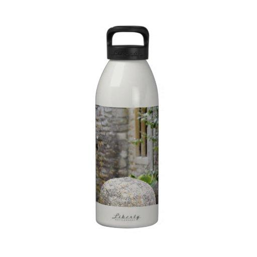 Jardin anglais - boule en pierre bouteilles d'eau réutilisables