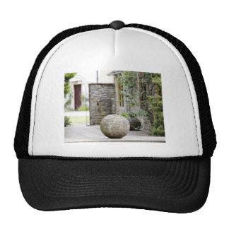 Jardin anglais - boule en pierre casquette de camionneur