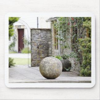 Jardin anglais - boule en pierre tapis de souris