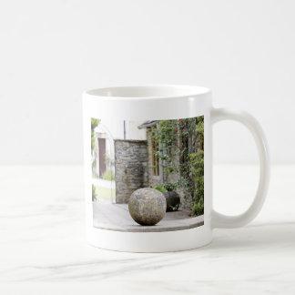 Jardin anglais - boule en pierre tasse