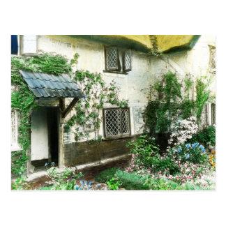 Jardin anglais de cottage avec le lierre encadrant carte postale
