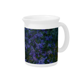 Jardin violet bleu pichets à eau