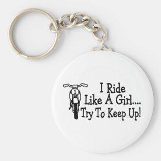 Je monte comme un essai de fille pour maintenir la porte-clé rond