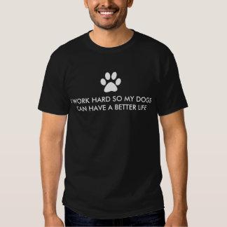 Je travaille dur pour mon dire de chien tshirt