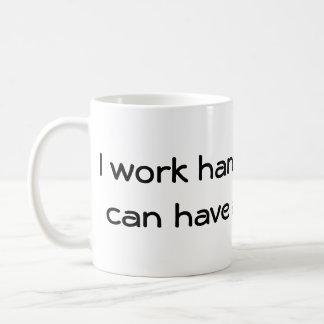 Je travaille pour mon chien ! mug blanc