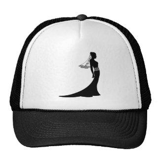 Jeune mariée en silhouette de robe de mariage casquette