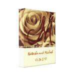Jeunes mariés de monogramme avec des roses d'or toile tendue