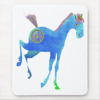 Joli poney dans les cadeaux bleus et les tapis de souris