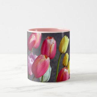 Jolie tasse de café de tulipe de ressort