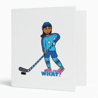 Joueur de hockey - obscurité avec l'uniforme bleu