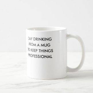 Jour buvant d'une tasse pour garder le professiona