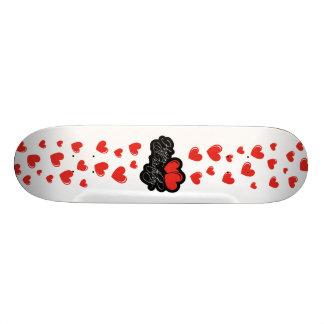 Joyeux anniversaire avec deux coeurs rouges plateau de skateboard