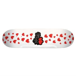 Joyeux anniversaire avec deux coeurs rouges skateboards customisés