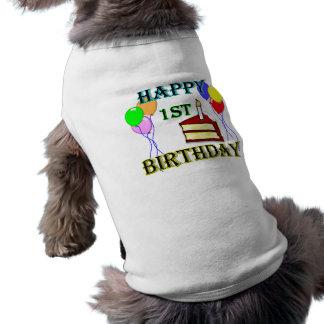 Joyeux ęr anniversaire avec le gâteau, les ballons vêtements pour animaux domestiques