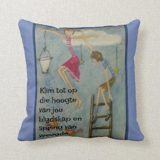 Klim tot op die hoogte van jou blydskap throw pillow