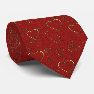 La cravate d'or de coeurs des hommes rouges de