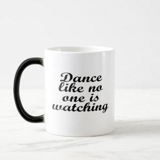 La danse comme personne observe mug magique