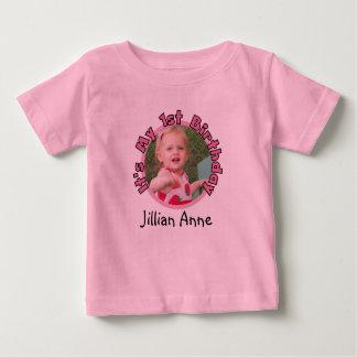 La fille ajoutent la photo et appellent le ęr t-shirt pour bébé