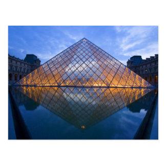 La France, Paris. Le Louvre au crépuscule. Crédit Cartes Postales
