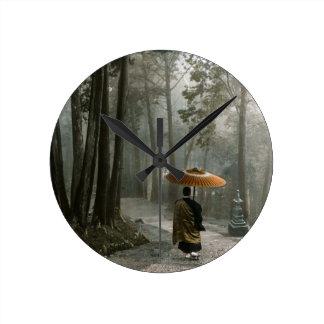 La lumière traverse pendant que le moine descend horloge ronde