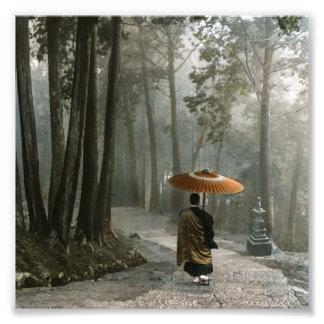 La lumière traverse pendant que le moine descend impressions photo