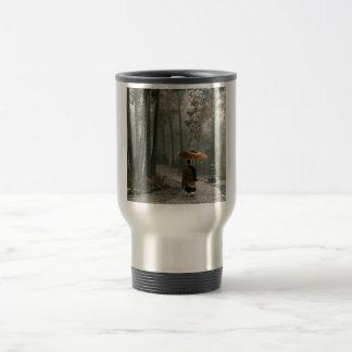 La lumière traverse pendant que le moine descend mug de voyage
