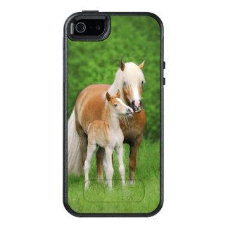 La maman mignonne de baiser de poulain de chevaux coque OtterBox iPhone 5, 5s et SE