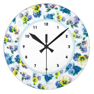La pensée bleue fleurit le motif floral horloges