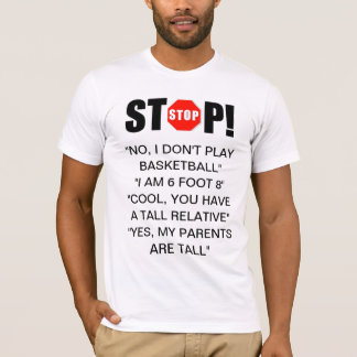 La personne grande répond au T-shirt