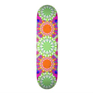 La plate-forme rose et verte de la fille de sports planches à roulettes customisées