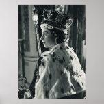 La Reine Elizabeth II portant le régalia de couron Affiches