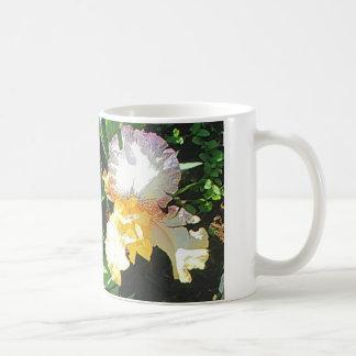 La tasse de café d'iris jaune