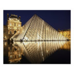 La vue de nuit de la pyramide en verre de Musee du Poster
