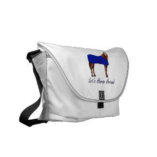 Laisse le cheval autour de la couverture bleue de  besaces