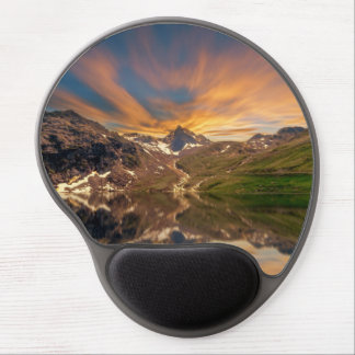 Lake surrounded by mountains & cristal clear water gel mouse pad