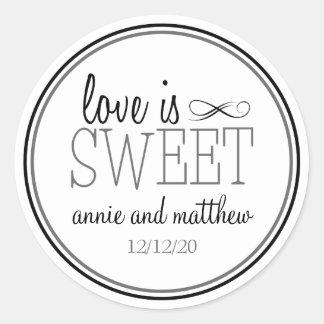 L'amour est les étiquettes doux (noir/gris) sticker rond