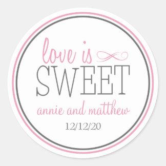 L'amour est les étiquettes doux (rose/gris) sticker rond