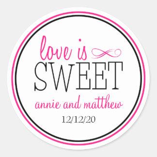 L'amour est les étiquettes doux (roses sticker rond
