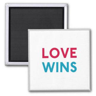 L'amour gagne l'aimant de Momastery Magnet Carré