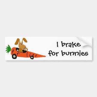 Lapin drôle de ventres conduisant la bande dessiné autocollant de voiture