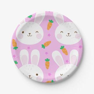 Lapins et carottes mignons de bande dessinée sur assiettes en papier