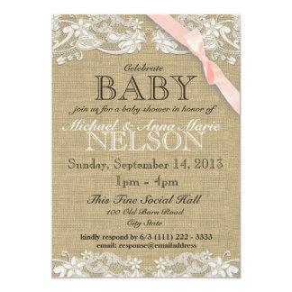 Le baby shower blanc floral de dentelle et d'arc carton d'invitation  12,7 cm x 17,78 cm