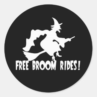 Le balai libre monte la sorcière drôle autocollant rond