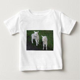 Le bébé mignon de ranch de ferme jumelle l'agneau t-shirt pour bébé