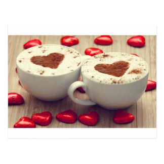 Le cappuccino aime des coeurs de chocolat cartes postales