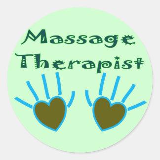 Le coeur de thérapeute de massage remet des autocollants ronds