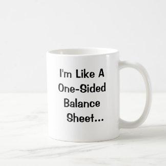 Le comptable drôle prennent la ligne tasse à café