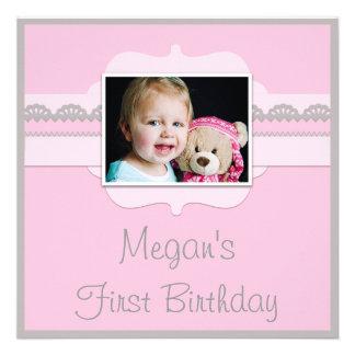 Le ęr anniversaire mignon de bébé rose et gris ajo invitation personnalisée